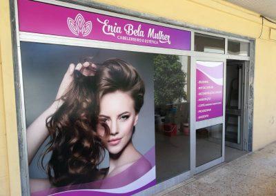 Enia Bela Mulher cabeleireiro. Decoração de montra