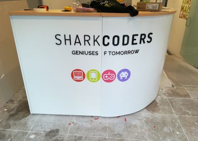 Sharkcoders balcão letras acrílico recortado