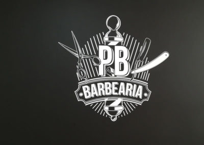 Logotipo colado em parede Interior PB logotipo