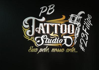 Logotipo colado em parede Interior PB tattoo